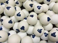 Bedrukken pingpong ballen.