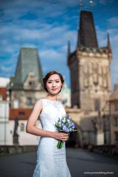 Gorgeous bride on Charles Bridge in Prague. 📷 Photographer: Constantin Gololobov #prewedding #prague #preweddingphotography #photographerineurope #preweddinginprague #photographerinprague #布拉格 #布拉格婚纱摄影 #婚礼 #新娘 #蜜月 #海外婚紗攝影 #婚纱摄影