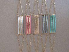 Bracelet en perles Miyuki, fil et chaîne en laiton doré. Il possède une chaînette dextension afin de convenir à tous les poignets. Il existe: