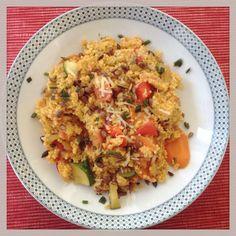 Einfach und trotzdem was Besonderes: Schnelle Hirsepfanne mit Gemüse und geröstete Sonnenbumenkerne  Das Rezept: https://www.ugb.de/vollwert-rezepte/getreide-gemuese-gerichte/hirsepfanne-mit-tomaten-zucchini-und-kaese/