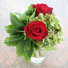Hermoso arreglo floral, invocando la belleza y frescura en un evento  armonioso  Fusionando la Experiencia de lo clásico y la simpatía de lo moderno