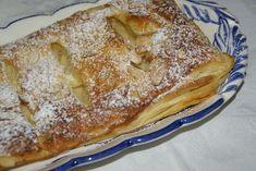 1 placa de massa folhada retangular. 1 ovo batido para pincelar. amêndoa em lascas q.b. 2 maçãs fatiadas. 200 ml de leite. 2 gemas. 60 grs de açúcar. 10 grs de farinha de trigo. 10 grs de amido de milho. 1 pitada de sal. 1 casca de limão. açúcar... Cheesecake Pie, Banoffee, Portuguese Recipes, Apple Cake, Pavlova, Christmas Desserts, Sweet Recipes, Vegetarian Recipes, Deserts