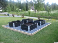 Nice with: black pallet collars and pebbles around, framed (solid with black board), for the kids to plant various. Offside, so hidden so possible ! Veg Garden, Vegetable Garden Design, Garden Boxes, Garden Planters, Outdoor Garden Bench, Outdoor Gardens, Plantation, Garden Planning, Garden Projects