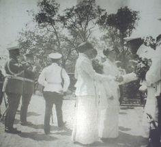 Grand Duchesses Tatiana Nikolaevna e Olga Nikolaevna recebendo os cumprimentos de um officer em Yalta, Crimeia em 1914. Grand Duchesses Maria Nikolaevna e Anastasia Nikolaevna não estão visíveis nesta foto.