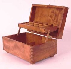 Finger Joint Jewelry Box - Jeff Greef Woodworking The sides look like the stitches on a baseball http://www.jeffgreefwoodworking.com/pnc/Boxes/FingJewel/index.html