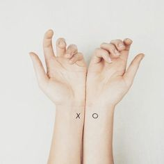 """Les lettes """"X"""" et """"O"""" sur les deux poignets"""