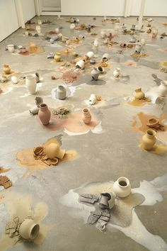 Ceramicist of the month: Karin Lehmann's slowly moving ceramics installation (Eclectic Trends) Contemporary Ceramics, Contemporary Art, Instalation Art, Pottery Sculpture, Illustration, Art Abstrait, Land Art, Ceramic Artists, Art Plastique