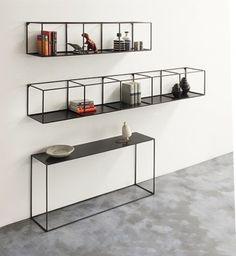 DE ZAAK Design en Advies - Wall rack Slim Irony van Zeus Noto komt uit de 2014 Collectie en is ontworpen door Maurizio Peregalli. Het is gemaakt van plaatstaal omgebogen tot buizen (vierkant) van 8x 8mm dik. Alleen in zwart verkrijgbaar in 2 verschillende maten. Ontwerp: Maurizio