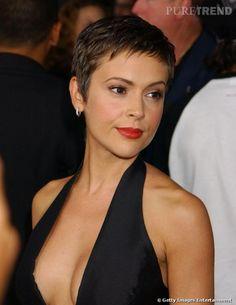 Coiffure visage ovale Habituellement dôtée d'une longue crinière brune, Alyssa Milano s'est laissée tenter par la coupe courte à la garçonne. Avec son visage ovale, le résultat est sexy.