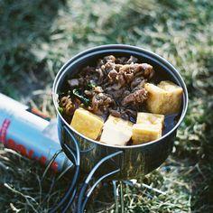 アウトドアシーズン到来!ハイキングやキャンプ、登山などを計画されている方も多いのではないでしょうか?アウトドアでの楽しみのひとつといえば、みんなで作って食べるごはん。太陽の下でいただく食事は格別ですよね!そんな、お外で作って食べるごはんのおすすめレシピをご紹介します。