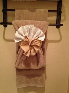 Bathroom Towel Decor, Bath Decor, Bathroom Ideas, Bathroom Designs, Towel Display, How To Fold Towels, Luxury Towels, Decorative Towels, Creation Couture