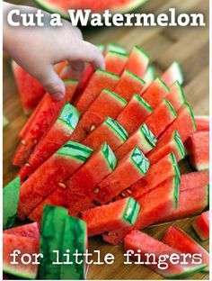 Otra opción estupenda es cortar la sandía en estos trozos perfectos y aptos para niños.