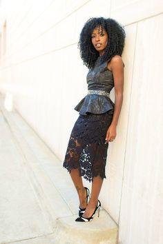 Comprar ropa de este look: https://lookastic.es/moda-mujer/looks/top-con-sobrefalda-negro-falda-lapiz-negra-zapatos-de-tacon-en-blanco-y-negro/20656 — Top con Sobrefalda de Cuero Negro — Cinturón con Adornos Negro — Falda Lápiz de Encaje Negra — Zapatos de Tacón de Ante Blancos y Negros