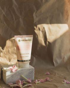Votre peau est apaisée grâce aux soins Sensitive Végétal, agissant tel un cataplasme végétal, promesse d'apaisement pour les peaux sensibles. Les Experts de la Recherche en Cosmétique Végétale® Yves Rocher ont mis au point un extrait apaisant 100% végétal issu de Sigesbeckia Orientalis, naturellement assimilable par votre peau (test in vitro). Yves Rocher, Lotion, Huda Beauty, Beauty Hacks, Skin Care, Health, Cream, Products, Walnut Oil