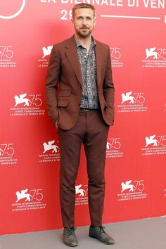 Ryan Gosling at the Venice Film Festival Ryan Gosling Suit, Ryan Gosling Style, Dark Red Suit, Brown Suits, Suit Up, Suit And Tie, Mens Fashion Suits, Mens Suits, Male Fashion