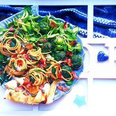 oh so saturday #lunch igers! spinach spaghetti with grilled #cheese and a mixture of pumpkin seeds #goji berries and baked #prosciutto shaves! yummy my special ciBOH (?!)of the day! boh parecchio accaso come al solito pasta con gli spinaci che DOVEVA venire verde nel mio iperuranio platonico delle paste con gli spinaci fatte ammodino con pallottole di spinaci scamorza alla piastra e sopra manciate di mix #homemade di goji semidizucca e petalini di prosciutto croccante. bono! e che non ci…