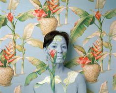 Cecilia Paredes est une artiste péruvienne qui sait se couvrir de peinture à ses heures perdues. Mais elle sait également peaufiner son allure dans le but de se camoufler dans le motif des papiers peints. À l'instar de Liu Bolin, l'artiste caméléon, celle-ci a dû passer des heures de maquillage pour arriver à ses fins.
