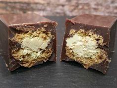 """Knackige Schokolade umhüllt ein mit sanfter Haselnussbuttercreme gefülltes Eclair aus knusprigem Brandteig. Erinnert so ziemlich an Waffel-Creme-Schokoriegel wie Kinder Bueno oder Amicelli. Ich habe die Riegel in einer Silikon-Riegelform gemacht und das gefüllte Eclair einfach in Schokolade """"eingelegt"""", es geht aber auch ohne Form. Den Schokoladenüberzug kannst du dann analog dem Ostereier-Rezept hinbekommen: auf Zahnstocher …"""
