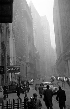 Fog In New York City ~ 1950 (photo by Walter Sanders). NYC b&w vintage photo. Photoshop, Vintage Photography, Street Photography, Urban Photography, Fosse Commune, Foto Madrid, A New York Minute, New York Pictures, Studio 54