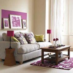 Mor ve yeşil tonlarını aksesuarlarda kullanıp gri bir kanepe ve açık renk duvarlar tercih edilmiş.