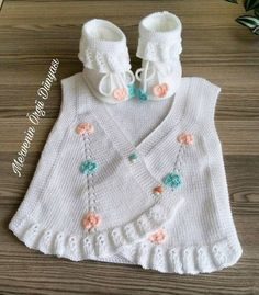 Ruffle Baby Vest Models and Making - Babykleidung Baby Knitting Patterns, Knitting Stitches, Free Knitting, Tricot Simple, Pull Bebe, Knit Baby Dress, Baby Girl Dress Patterns, Bebe Baby, Crochet Baby Booties