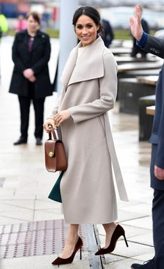 Meghan Markle Photos - Prince Harry and Meghan Markle during a visit to Titanic Belfast maritime museum on March 2018 in Belfast, Nothern Ireland. - Prince Harry And Meghan Markle Visit Northern Ireland Estilo Meghan Markle, Meghan Markle Stil, Meghan Markle Coat, Burberry Coat, Coat Outfit, Coat Dress, Look Fashion, Autumn Fashion, Womens Fashion