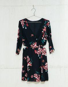 Vestido estampado flores aberturas laterales. Descubre ésta y muchas otras prendas en Bershka con nuevos productos cada semana