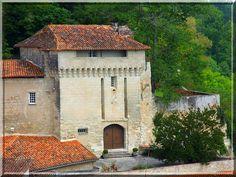 Ceci n'est point un château fort, mais l'élégante entrée fortifiée du rempart extérieur du château d'Aubeterre sur Dronne en Charente.
