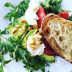 Sałatka z awokado, pomidorami i mozzarellą | Kwestia Smaku