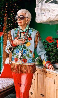 """Iris Apfel: são 94 anos de histórias e muito estilo. Iris é uma das poucas que podem ser realmente chamadas de """"fashion icon"""", um verdadeiro ícone de moda. A designer de interiores é tão respeitada por suas escolhas de moda (sempre cheia de cores e extravagâncias) e profissionais que já ganhou uma retrospectiva em 2005 no Costume Institute, do Metropolitan Museum, de Nova York, e estrelou do documentário """"Iris"""", de Albert Maysles, em 2014. Ainda hoje ela é chamada para diversas campanhas…"""