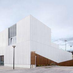Ce nouveau centre multifonctionnel dessiné par le cabinet italien Scale se loge sur une des dalles qui couvre le boulevard périphérique, dans le cadre du développement de la ZAC des Lilas dans le 20e arrondissement de Paris. ...