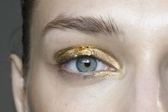 Crazy-Cool Beauty Trends You Can Only Get Away with on New Year's Eve Gold Makeup at the Barbara Bui Spring 2015 Show.Gold Makeup at the Barbara Bui Spring 2015 Show. Gold Makeup, Makeup Art, Hair Makeup, Beauty Make-up, Beauty Hacks, Hair Beauty, Natural Beauty, Beauty Shots, Mascara