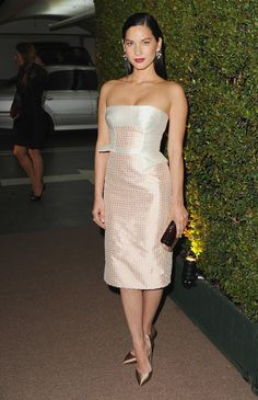 Cool metallics looked particularly hot when Olivia Munn arrived in Bibhu Mohapatra's strapless cocktail dress and Casadei's satin pumps.
