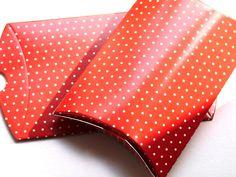 3 Faltschachteln im Set    10x8x2 cm     rot mit kleinen weißen Punkten.    Toll für kleine Geschenke oder give-aways beim Kindergeburtstag.    Die...