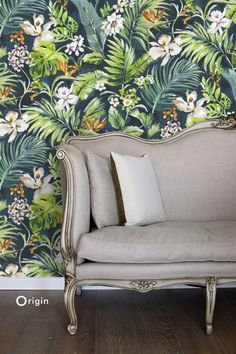 Contemporary and tropical wall mural with an elegant and vibrant nature design | collection Wunderkammer | Origin - luxury wallcoverings