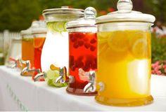 Fontaines à boisson ou lemonade jar pour un candy bar coloré. Toutes les astuces ici!