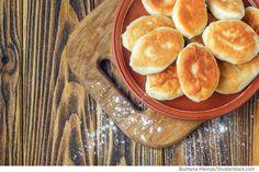 Zubereitung der Füllung: Kartoffel schälen und kochen, mit Salz und Pfeffer würzen. Zwiebeln klein hacken und im Öl anbraten. Kartoffeln stampfen und die Zwiebel zugeben. Das Ei in einer Schale verquirlen und in den Kartoffelpüree einrühren, alles gut vermengen bis eine glatte Masse entsteht. Die Füllung auf Raumtemperatur abkühlen lassen. Teigzubereitung: Die Hefe und den