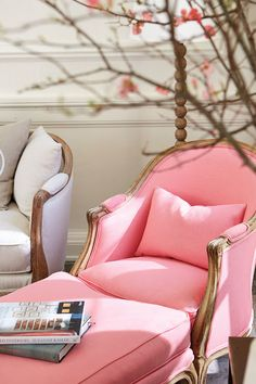 maha-alk: coolchicstylepensiero: Chaise longue pink peonia - Classic french-style by Suzanne Kasler interiors (via TumbleOn) Interior Rugs, Cafe Interior, Interior Exterior, Home Interior Design, Interior Trim, Rosa Couch, Pink Couch, Decoration Bedroom, Trendy Bedroom