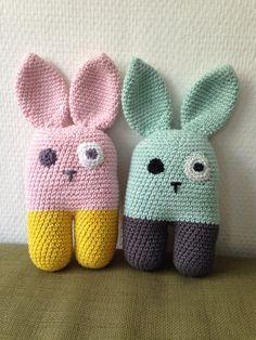 For et par uger siden hæklede jeg disse to kaniner, da vi skulle til barnedåb hos lille Alvin og Kaya. Vi havde det evige problem med
