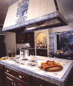 I am not ordinarily a fan of tile counters, but I would make an exception for this gorgeous kitchen. [ MexicanConnexionForTile.com ] #Hacienda #kitchen #Talavera #handmade