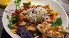 Recept en foto: wimvanmele   lekkerste salade creatie 😊     jonge slascheuten - veldsla - rucola - gegrilde tricolore paprika - gebakken kip - gebakken ananas - rode biet - radijs -zoete puntpaprika -  artisjokharten - blauwe bloemkool - scheuten rode kool/luzern/prei - focaccia reepjes - ...