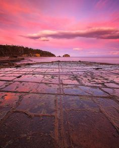 Hotels-live.com/pages/sejours-pas-chers - The pastel pinks of sunset painting the natural mosaic of the Tessellated Pavement on Southern Tassie's Eaglehawk Neck. This incredible rock formation of rectangular saltwater pools occurs in only a handful of spots around the world including this spot on the Tasman Peninsula. @_danieltran_ captured this shot while exploring the Peninsula and the gateway to the Tasman National Park. It is an area famous for its spectacular coastal scenery - from the…
