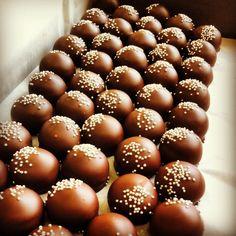 Chocolate champagne truffels to brighten every party! #chocolate #champagne # party #new year # valentino