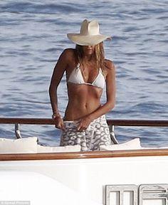 Underwraps: Elle была замечена упаковка саронг вокруг ее талии на одной сцене...