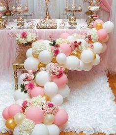 Elegantes arreglos con globos y flores   Decoración