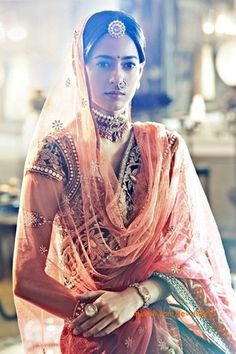 Jewellery Inspiration - A model wearing a kundan borla tikka from Tarun Tahiliani's India Bridal Fashion Week 2011 - Borla style maang tikkas have a sweetness about them. Worn mostly by women from Rajasthan and Haryana, Borla gets its name from the jujube fruit which is called ber or bor in Hindi, as its shape is similar to the fruit. You will mostly find this headpiece crafted with stones, polki diamonds, pearls, rubies and crystals #thecrimsonbride