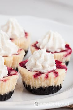 25 Mini Cheesecakes That Are the Perfect Combination of Adorable and Delicious These White Chocolate Raspberry Cheesecake Bites are NY style - dense, creamy bites of luscious cheesecake strewn with real raspberry. Great for parties. Baking Recipes, Dessert Recipes, Dessert Ideas, Mexican Desserts, Yummy Recipes, White Chocolate Raspberry Cheesecake, White Raspberry, Rasberry Cheesecake, German Chocolate Cheesecake