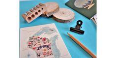 Jolie carte en bois dans la box papeterie de Saperlipapier www.saperlipapier.Com  #carte #map #bulletjournal #saperlipapier Moleskine, Bullet Journal, Stickers, Triangle, Pencil Sharpener, Nice Map, Ink Stamps, Paper Mill, Woodwind Instrument