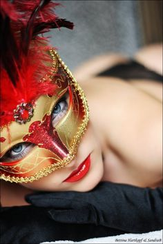 Beautiful colorful pictures and Gifs: Mask Photos-Antifaz fotografias-Animated Gif Costume Venitien, Venice Mask, Mask Girl, Carnival Masks, Venetian Masks, Beautiful Mask, Masquerade Party, Masquerade Masks, Bronx Masquerade