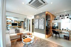 Home office na sala, com espelho na parede que divide a cozinha da sala e o nicho na parede próxima a janela da sala.